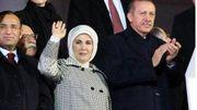 Recep Tayyip Erdogan accompagné de sa femme Emine et de sa fille (à l'arrière), Sümeyye à l'aéroport d'Istanbul en juin 2013