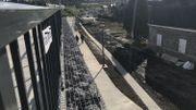 La nouvelle rampe est longue mais permet aux PMR de monter sur le pont.