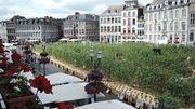 Une place de Mons remplie de tournesols