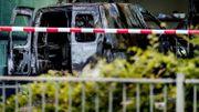 Une voiture fonce dans la façade du journal De Telegraaf à Amsterdam, qui parle d'un attentat