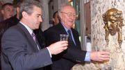 Joseph Houssa et Kevin Keagan, l'entraîneur de l'équipe de foot d'Angleterre, boivent les eaux de Spa, en 2000.