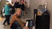 [Zapping 21] Un pianiste renommé éblouit les passants dans une performance impromptue en public