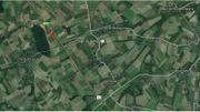 La croix rouge indique l'endroit précis de la rave party qui s'est tenue dans la nuit de samedi à dimanche au bord de l'E411 à Aische en Refail.