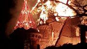 Toiture du château de Dongelberg, en proie avec les flammes