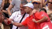 Beau joueur, Darcis offre un selfie à un fan après sa défaite