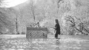 Julien Doré et Clara Luciani chantent leur duo dans une rivière