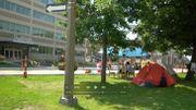 Voici le petit campement installé sur un morceau de pelouse, sur une rue très passante au nord de Montréal.