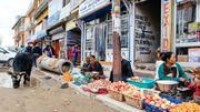 Le petit marché dans l'artère principale de Leh, les réfugiés tibétains vendent les fruits et légumes qu'ils cultivent.