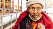 Faire le tour des lieux sacrés en faisant tourner les moulins à prières, les Bhoutanais soignent ainsi leur karma.