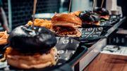 """IbraTV a ouvert un """"Black and White Burger"""" sur la place De Brouckère"""