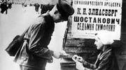 En plein blocus, vente de billets et  affiche annonçant la création de la 7eme symphonie de Chostakovtich à Leningrad le 9 août 1942, sous la direction de Karl Eliasberg.
