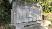 """Dépouillé de sa statue en 2011, le monument """"Aux fusillés de la Chartreuse"""" a à nouveau été victime de voleurs de métaux en avril 2018, à peine deux jours après l'inauguration de la nouvelle statue du fusillé. Cette dernière a été retrouvée fin septembre, mais coupée en deux."""