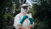 Un travailleur sanitaire du ministère de la santé congolais se prépare à réaliser un test du Covid-19, à Goma.
