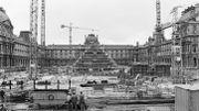 La pyramide du Louvre, oeuvre contestée qui a rendu I.M. Pei célèbre