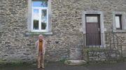 Louis Toussaint devant la partie logement de son ancienne école.