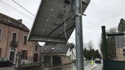 Sous ce petit panneau solaire se trouvait un radar préventif, à côté de l'école: le câble a été sectionné et le radar a disparu.