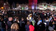"""Rassemblement nocturne devant la """"Tour Rouge"""" de la Place du Marché de Halle"""