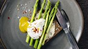 La recette à 3 ingrédients de Candice: Asperges rôties, poireaux frits et œufs pochés