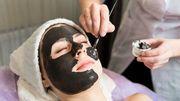 """Beauté: étiquetage """"non conforme"""" de """"masques noirs"""", alerte un syndicat"""