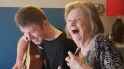"""Elvis Presley : un moment poignant entre un jeune musicien et sa grand-mère qui reprennent """"Don't be cruel"""" ensemble"""