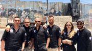 Le mur de séparation israélien, couvert de dessins et surmonté de miradors, matérialise la séparation des populations.