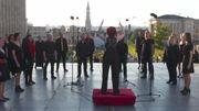 La chorale Dreaming Voices d'Émeline Burnotte, gagnante du concours Fête du bruit, lance la soirée du 21 juillet sur le Mont des Arts