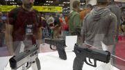 Des pistolets semi-automatiques exposés au salon de la NRA le 25 avril