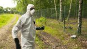 Jan Vande Putte, expert en radioprotection de Greenpeace, va prélever un échantillon de sol le long de la décharge D1.