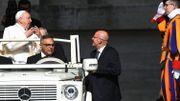 """Publication jugée """"péché mortel"""": le pape accepte la démission de son garde du corps, le chef de la gendarmerie vaticane"""