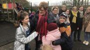 Les enfants entourent la directrice et ne manquent pas d'attentions et de gentillesse.