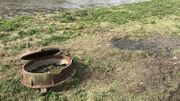 Ipalle explique que la taque d'égoût a probablement été déplacée par un engin de chantier.  l'Intercommunale n'explique pas autrement le déplacement de la plaque en fonte.