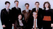 Photo de famille des al-Assad datant de 1985. On y aperçoit notamment Hafez al Assad en bas à droite, ses fils Bassel, Bashar et Maher.