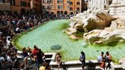 Face au flot de touristes, la fontaine de Trevi suffoque