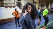 Rama Gewili a quitté une carrière de juriste pour se consacrer au football. L'ancienne joueuse de l'équipe nationale égyptienne entraîne désormais à la One Football Academy, qu'elle a fondée, et rêve d'un jour devenir coach de l'équipe féminine égyptienne. Trouver des terrains de jeu disponibles, abordables financièrement et qui rencontrent les préoccupations sécuritaires des joueuses, c'est la croix et la bannière, raconte-t-elle.