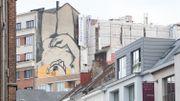 Une nouvelle femme dévoile sa nudité sur les murs du centre de Bruxelles
