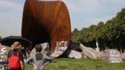 La justice française fait masquer les tags sur la sculpture de Kapoor à Versailles