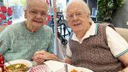 Les retrouvailles émouvantes de ce couple britannique séparé depuis mars à cause du coronavirus