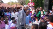 Nelson Mandela en visite au Lycée francais de Johannesburg en 2013.