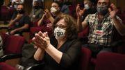 Magda Fyssa, la mère du chanteur assassiné Pavlos Fyssas, réagit au tribunal suite au verdict rendu dans le procès des membres présumés du parti néo-nazi.