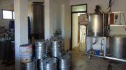 Dans ses locaux d'environ 30 mètres carrés, Clément Djameh est capable de produire quelque 200 litres de bière par jour, trois fois par semaine.