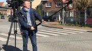 Le journaliste Eric Boever, avec l'une des perches télescopiques qu'utilisent désormais nos équipes de tournage.