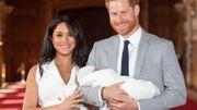 Le prince Harry et son épouse Meghan présentent leur fils au public
