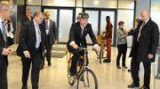 L'ancien secrétaire général de l'ONU Ban Ki-moon s'est lui-même laissé tenter par le Bamboo Bike.