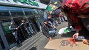 Des activites tagguent le seuil de la Banque Rossia à Kiev, accusée de financer les séparatistes.