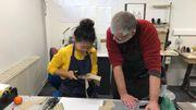 Solongo se forme au métier auprès de l'artisan