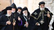 Le pape orthodoxe copte égyptien Tawadros (Theodoros) II (R), patriarche œcuménique de l'Église orthodoxe, Bartolomeo I (L) et d'autres chefs religieux, rencontrent le pape François à la basilique pontificale Saint-Nicolas de Bari, dans la région des Pouilles dans le sud de l'Italie, le 7 juillet 2018