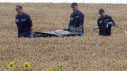 Les secours à la recherche de corps de victimes après le crash d'un avion de la Malaysia Airlines à Grabove, à l'Est de l'Ukraine, le 18 juillet 2014