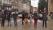 """Cette chaîne humaine à Bruxelles est une façon """"ludique et créative de quand même mener une action""""."""