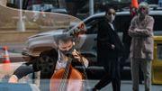 Reprise des concerts à New York: des musiciens investissent des vitrines de magasins