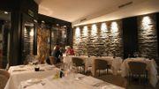 Une salle décorée avec goût et moderne